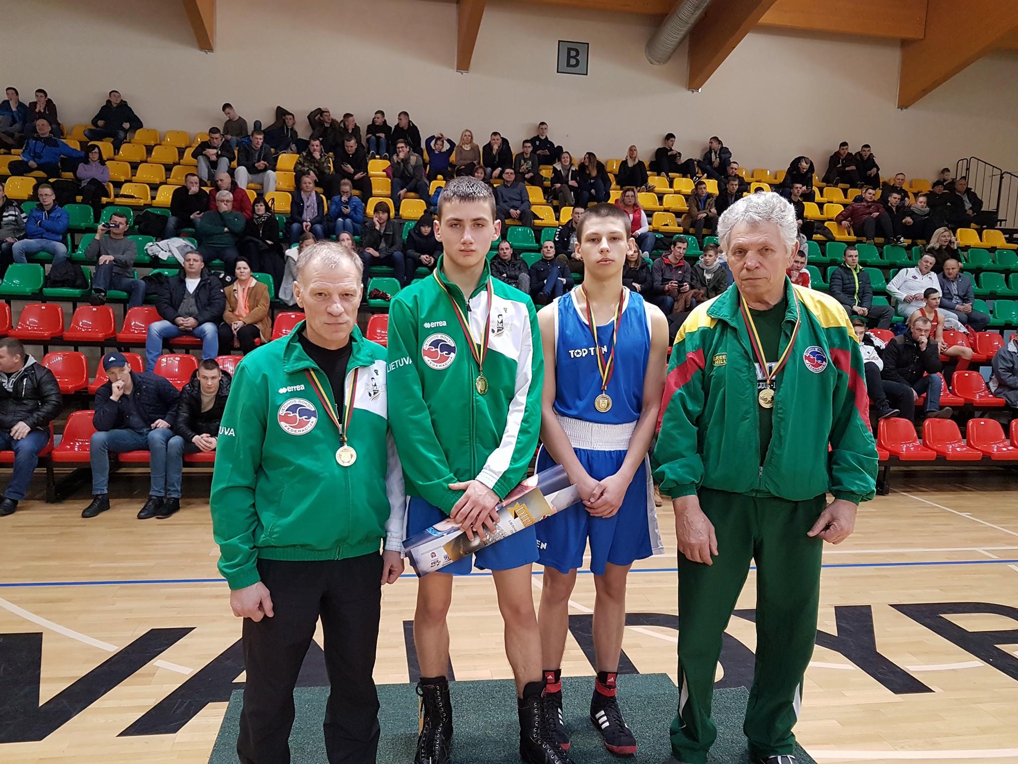Tr. E. Vaitkus ir A. Skripkauskas su sportininkais