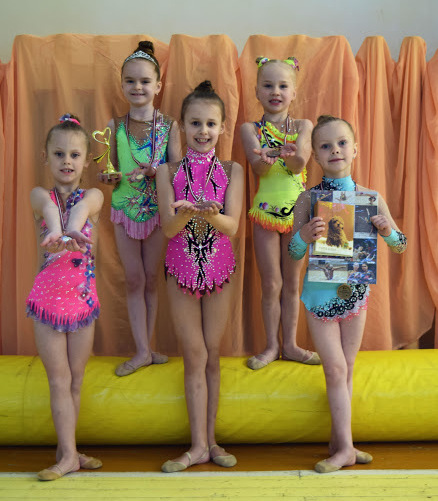 Viesulo sporto centro gimnastės su savo trofėjais