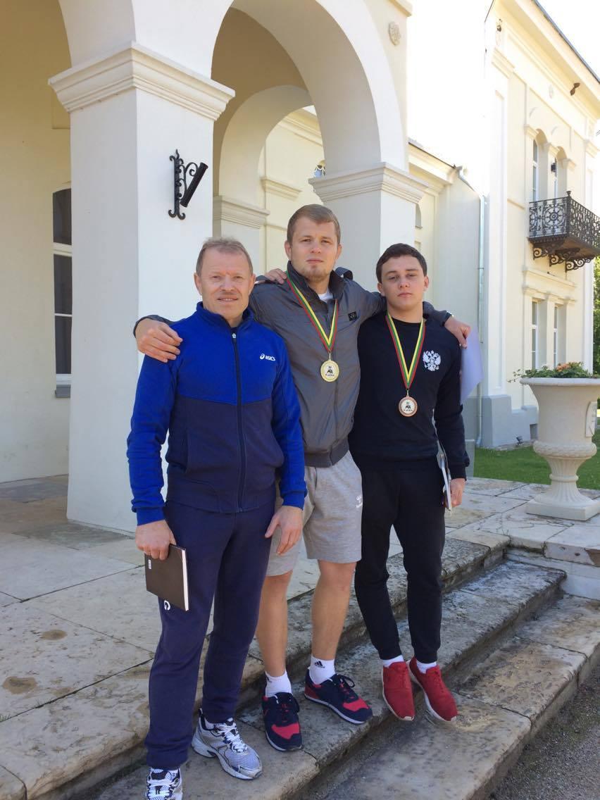 Paplūdimio imtynių nugalėtojai su treneriu O Voitechovskij