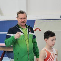 Treneris S. Jemeljanov su gimnastu