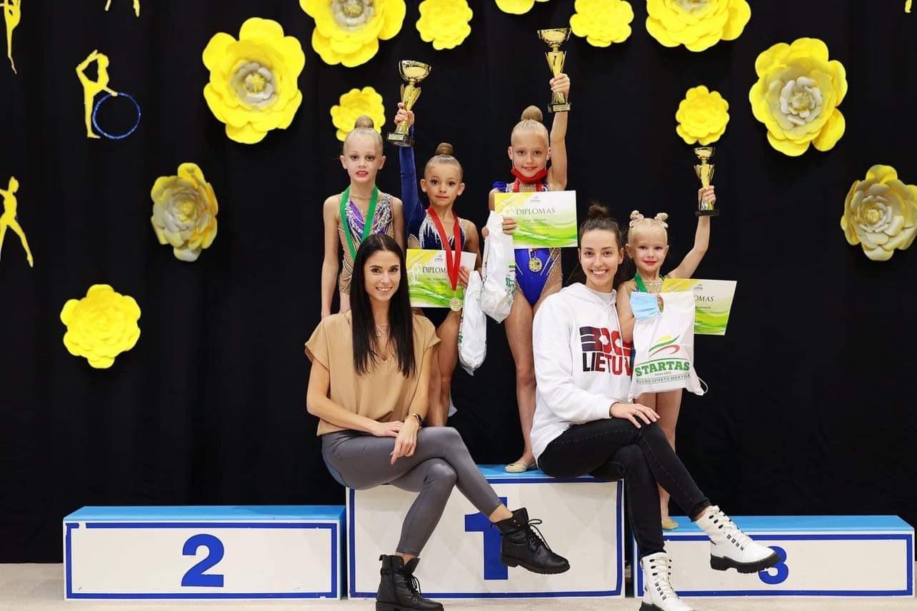 Trenerė Neda Juščė su savo gimnastėmis